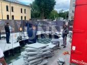 Не простоял и суток: в центре Киева грузовик провалил новый фонтан - фото 1