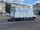 В Киеве двое парней на мопеде на полной скорости влетели в грузовик - фото 1