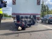 В Киеве двое парней на мопеде на полной скорости влетели в грузовик - фото 2