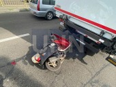 В Киеве двое парней на мопеде на полной скорости влетели в грузовик - фото 3