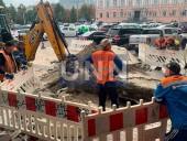Возле здания Главного управления полиции в Киеве прорвало трубу - фото 4