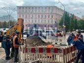 Возле здания Главного управления полиции в Киеве прорвало трубу - фото 1