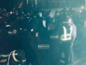 Полиция не зафиксировала серьезных нарушений правопорядка на акции, проходящей под домом Порошенко - фото 1