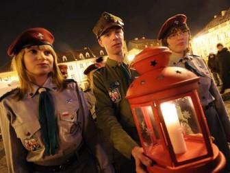 Сьогодні до України доставлять Віфлеємський вогонь миру