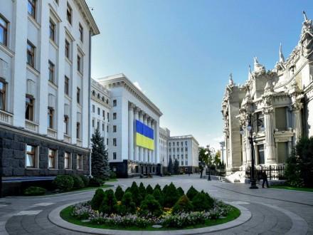На здании АП вывесили гигантский флаг Украины