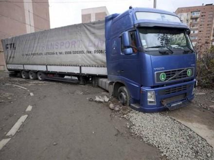 Кабмін заборонив рух транспорту масою понад 24 тонни поавтодорогах місцевого значення
