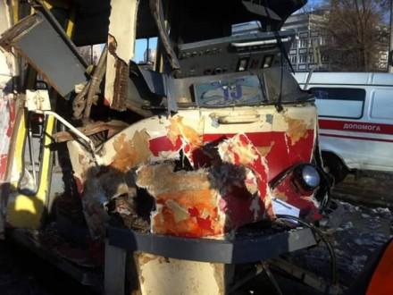 Умирному Дніпропетровську БТР посеред вулиці протаранив трамвай: є постраждалі