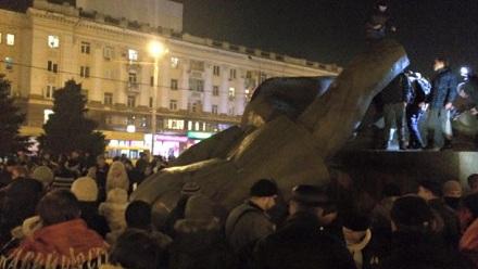 Поліція буде розслідувати повалення пам'ятника Петровському уДніпропетровську