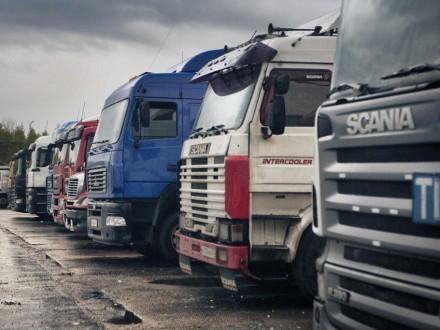 Водії вантажівок знову перекрили трасу під КПП