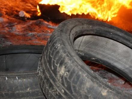 Активісти запалили шини під обласною прокуратурою Хмельниччини