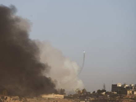 Заминированный автомобиль взорвался ваэропорту йеменского Адена, погибли 4 человека