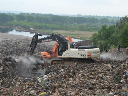ГСЧС: Поиск коммунальщика натерритории свалки под Львовом снова временно прекращен