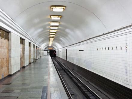 Встолице настанции метро «Арсенальной» мужчина упал напути
