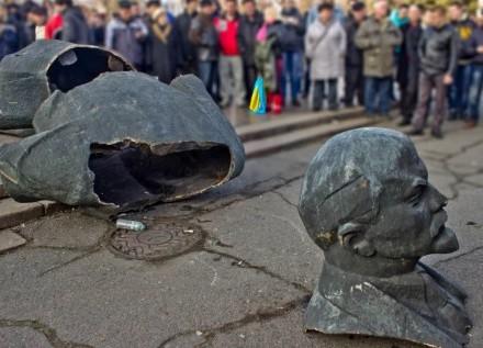 Вгосударстве Украина демонтировали неменее 1,2 тыс. монументов Ленину,— Порошенко