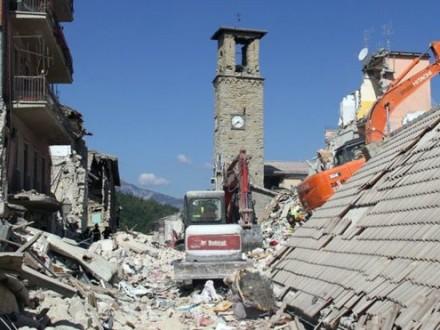 Повторные толчки разрушили дорогу в более пострадавший город— Землетрясение вИталии