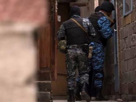 Вооруженные силовики вторглись вдом крымскотатарской журналистки