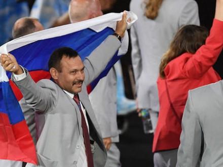УРФ подарують квартиру білорусу, який проніс прапор Росії наПаралімпіаді