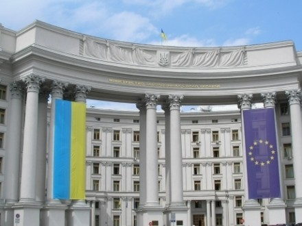МИД Украины порекомендовал воздержаться отпоездок вРФ