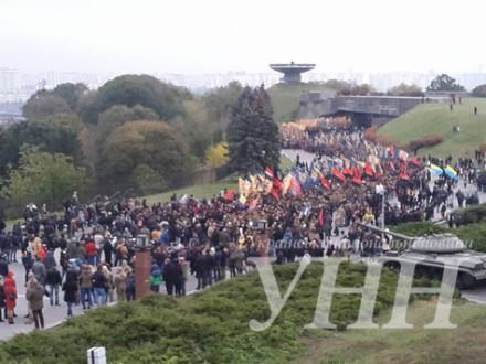 УКиєві розпочався другий марш— зпрапорами «Азова» і «Правого сектора»