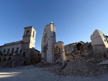 Землетрясение вИталии: 25 тыс. человек ночевали вавтомобилях ипалатках