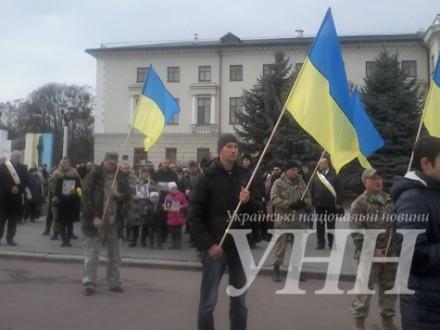 Кілька сотень жителів Хмельницького влаштували ходу пам'яті на честь загиблих воїнів АТО