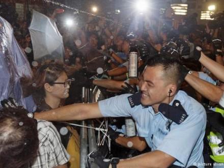 Милиция  разогнала митинг оппозиции вГонконге