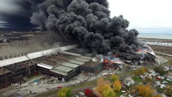 Сталелитейный завод полыхает вСША