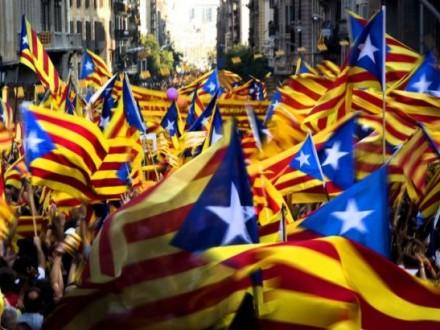 ВБарселоне тысячи человек вышли надемонстрацию вподдержку каталонских политиков
