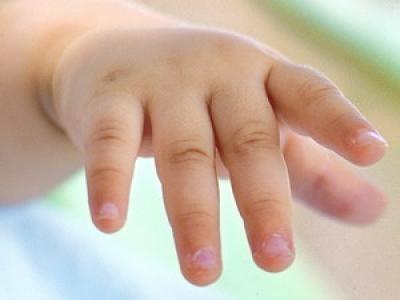 Женщина попробовала бросить ребенка наруках полицейского наулице Мариуполя