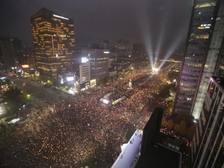 ВЮжной Корее около 1,6 млн человек вышли протестовать против президента
