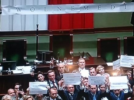 Протесты вПольше: вВаршаву стягивают полицию совсей страны