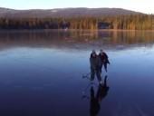 На замерзшем озере в Канаде устроили игру в хоккей