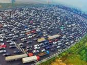 После новогодних праздников на автостраде в Китае образовались километровые пробки