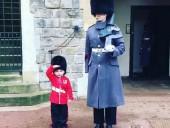 Маленький британец стал гвардейцем Виндзорского замка на свой день рождения