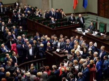 Польский Сенат одобрил скандальный бюджет, протест оппозиции вСейме продолжается