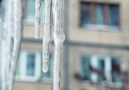 Вцентре столицы Украины  глыба снега чуть неубила мужчину
