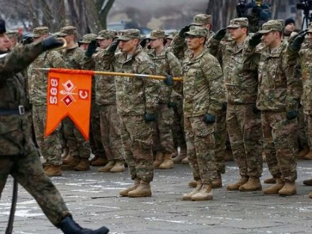 Премьер Польши лично приветствовала прибывших встрану солдат США