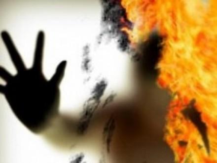 Шок: чоловік облив себе бензином і підпалив