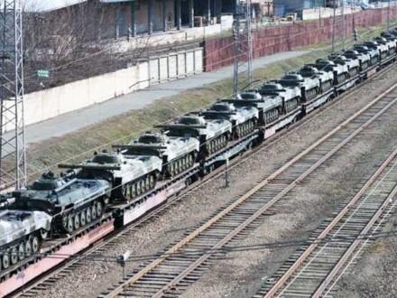 Війська РФ регулярно розвантажують поїзди зі зброєю на станціях