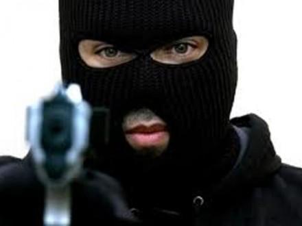 Троє чоловіків в масках пограбували ювелірний магазин в Херсоні