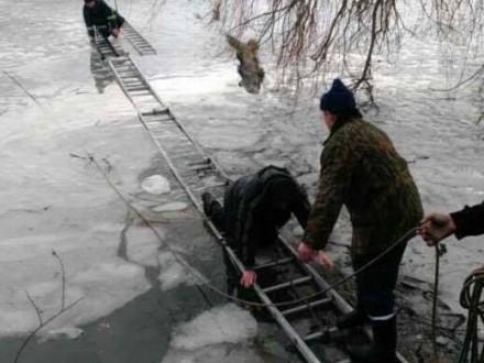 Патрульные полицейские вытянули провалившегося под лед рыбака