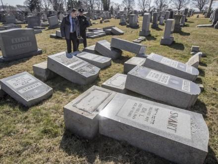 Вандалы осквернили надгробия наеврейском кладбище вФиладельфии— NBC