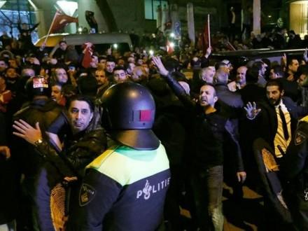 unn.com.ua Внаслідок протестів у Роттердамі 7 поліцейських травмовано 054ade9b72eae