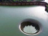 Знаменитый водоворот среди водохранилища в США сняли на видео из воздуха
