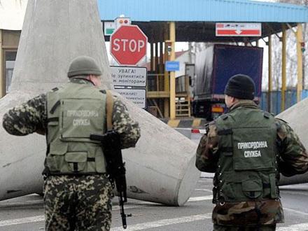 Прикордонники затримали на лінії розмежування чоловіка з документами