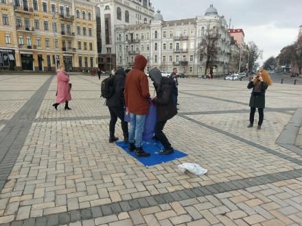 gazeta.ua Невідомі у центрі Києва потоптались по прапору ЄС c062ae5a7324c