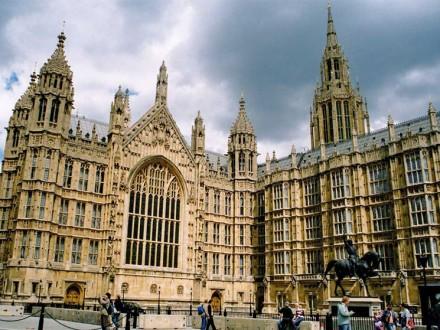 Парламент Британії погодився напозачергові вибори 8 червня