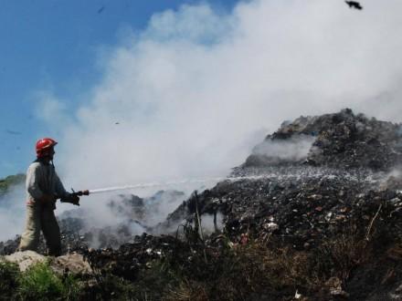 У Рівненській області горить сміттєзвалище, роботу рятувальників ускладнює сильний вітер