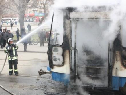 ВІДЕО: УЛьвові палаючий трамвай поїхав з жінкою всалоні