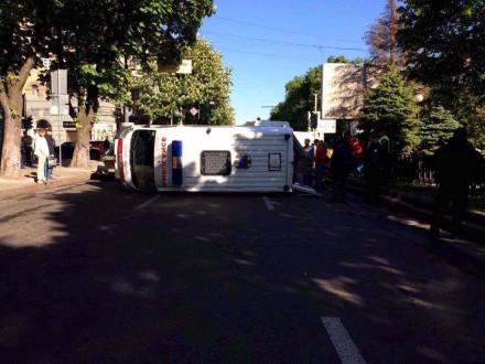 УДніпрі перевернувся автомобіль швидкої допомоги, четверо осіб постраждали
